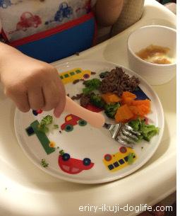 離乳食が進んでお肉や野菜を食べる息子