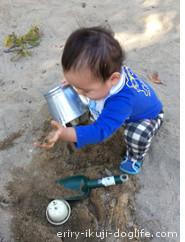 砂遊びに夢中の息子
