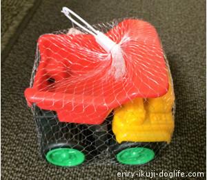100円ショップの砂遊びセット ダンプカー