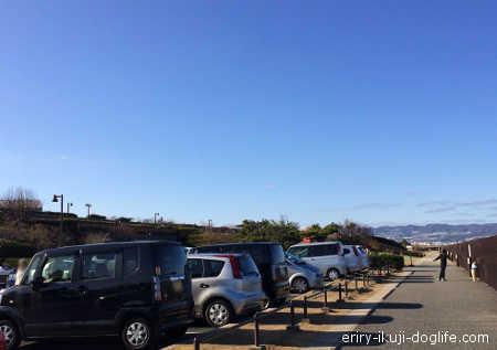 駐車場から見た遊具のある公園、駐車場の隣に公園があります